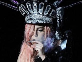 O fumo é frequentemente consumido nas apresentações da cantora.