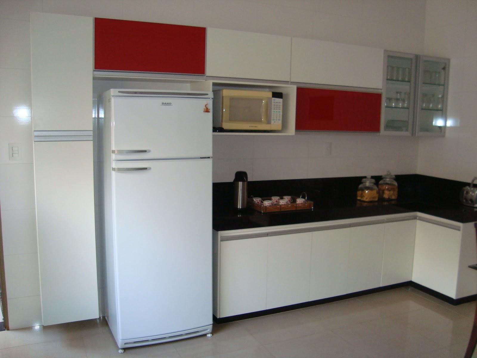 Móveis Planejados: Cozinha em MDF Branco Detalhes em Vidro Vermelho #611E1A 1600x1200