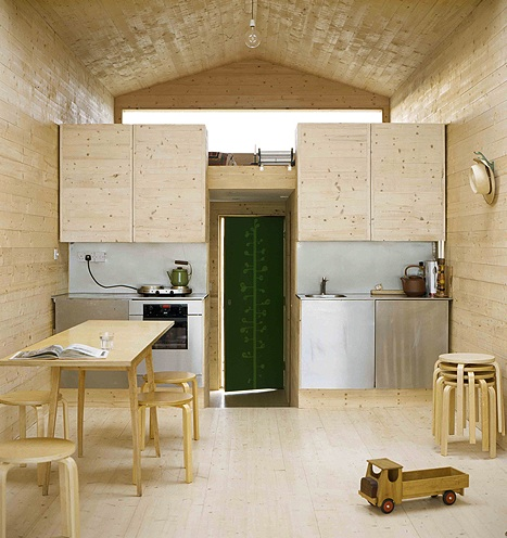 Natural modern interiors beach house design ideas for Beach hut designs interior