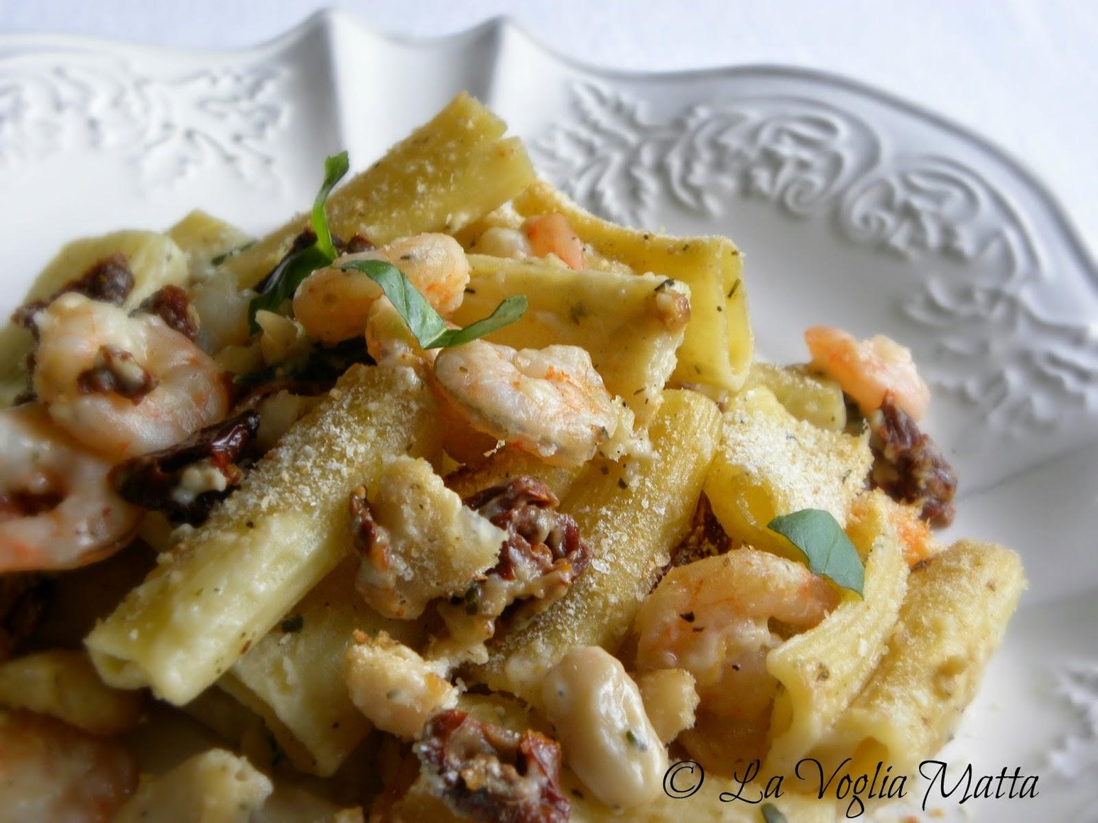 rigatoni con gamberetti , fagioli cannellini e pomodori secchi