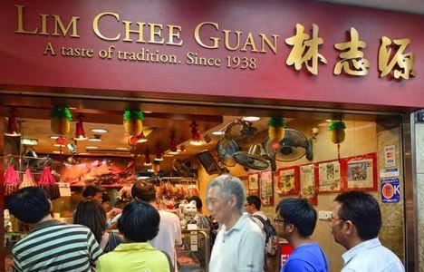Báo Lianhe Wanbao cho biết sau khi bức ảnh xuất hiện trên mạng sáng 13.6, nhiều người Singapore tỏ ra phấn khích khi thấy vị thủ tướng tại lô 85 của trung tâm ẩm thực.