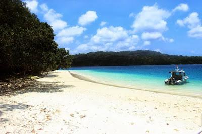 Pasir putih Pantai Peucang