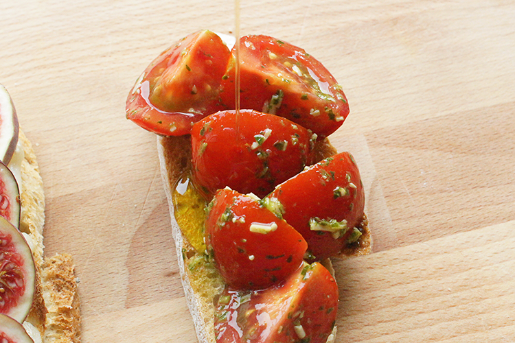 tomato-garlic-pesto-bruschetta
