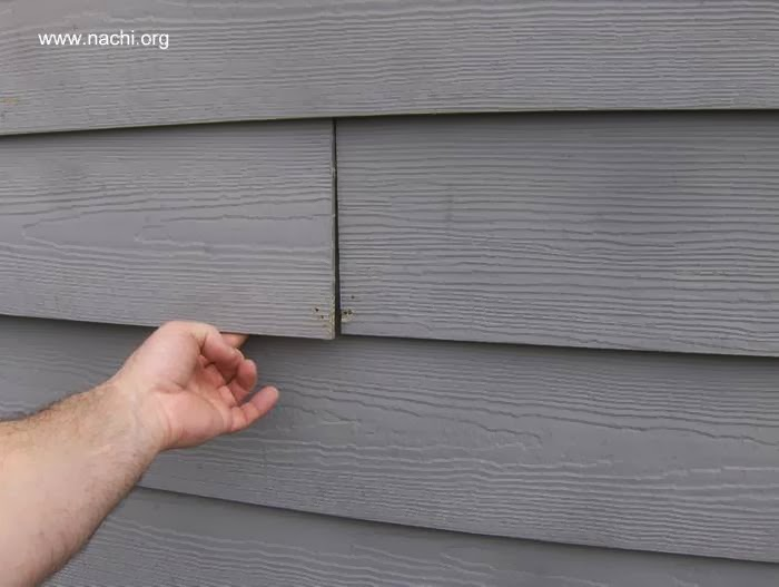 Detalle de siding exterior de fibrocemento imitación madera pintado de gris