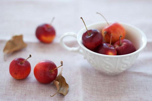 fotografia de manzanas silvestre rojas