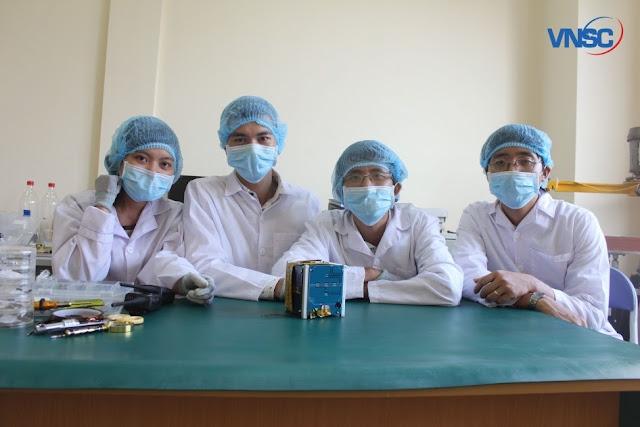 Các kỹ sư trẻ bên cạnh mô hình bay của vệ tinh Pico Dragon. Ảnh: VNSC.