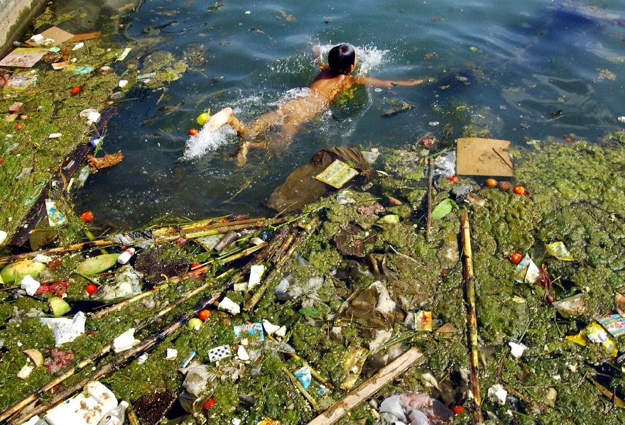 #21 Child Swims In A Polluted Reservoir, Pingba - 22 Heartbreaking Photos Of Pollution That Will Inspire You To Recycle