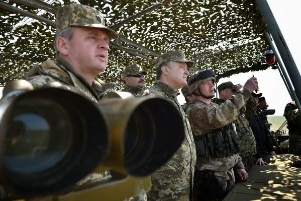 Poroshenko ha partecipato esercitazioni militari sul terreno nella regione di Mykolaiv
