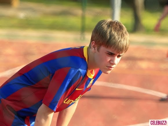 justin bieber playing soccer barcelona. Justin+ieber+playing+