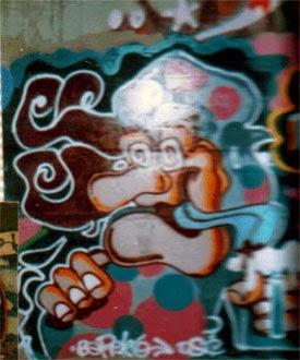 Graffiti queco con cerveza en Marina