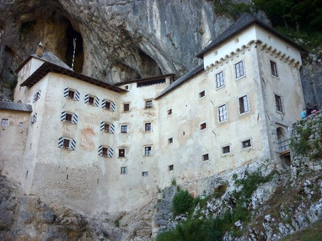 visita al castello di predjama, postumia, slovenia