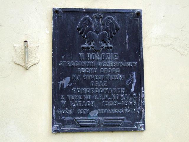 Stacja kolejowa Rożki k. Radomia. Tablica pamiątkowa z 1971, na ścianie dworca kolejowego. Fotografia: Jacek Lombarski.