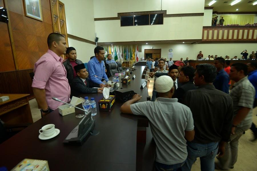 Sidang Paripurna DPR Aceh Berlangsung Ricuh