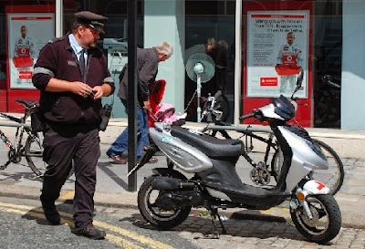 Policía poniendo una multa