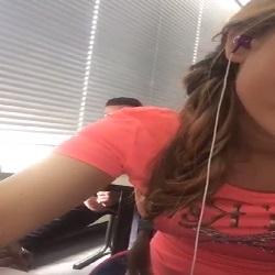 Aluno é flagrado batendo punheta e gozando na sala de aula - http://www.pornoeputaria.com