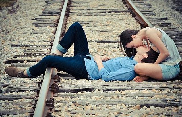Beso en los rieles del tren