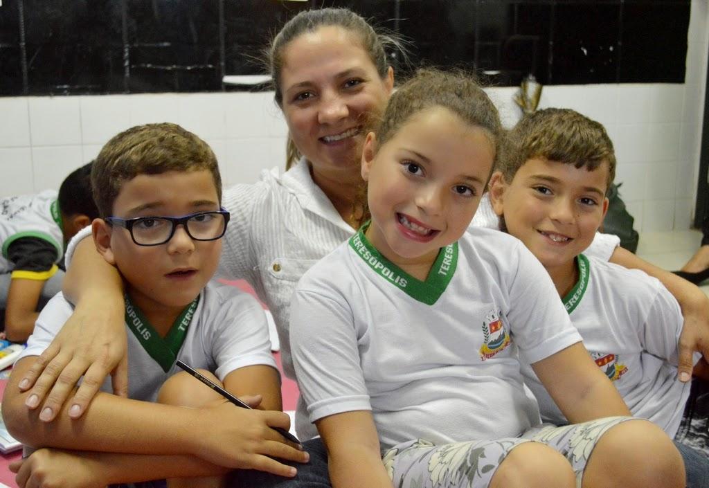 Cláudia Emerick com os trigêmeos Luiza, Pedro e Miguel: kits escolares representam economia para os pais e valorização da Educação