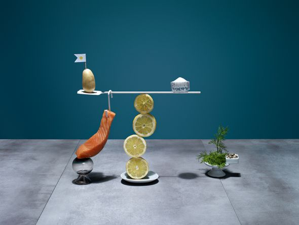 Karsten Wegener fotografia Elena Mora set designer comida equilibrio balança Salmão