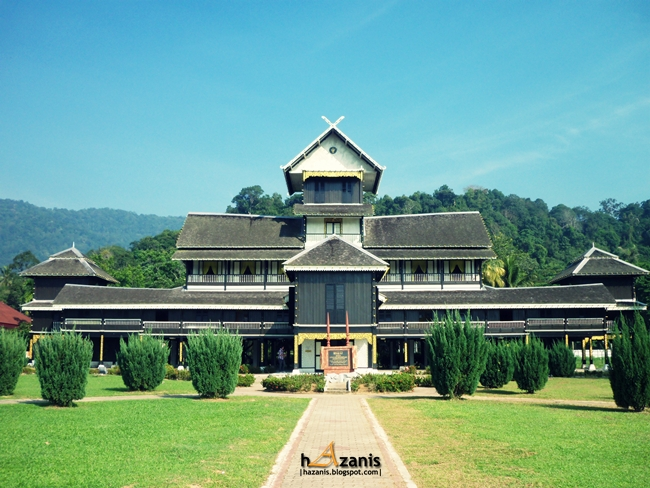 istana seri menanti Located in seri menanti, the royal capital of negeri sembilan, the palace is over  four stories tall and was built without the use of a single metal nail, held together .