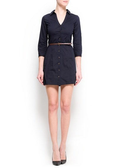 Dar belli, kıvrıldığında tutmak için düğmeli truvakar kollu, V yakalı ve ön kısmı boyunca düğmeli gömlek elbise.