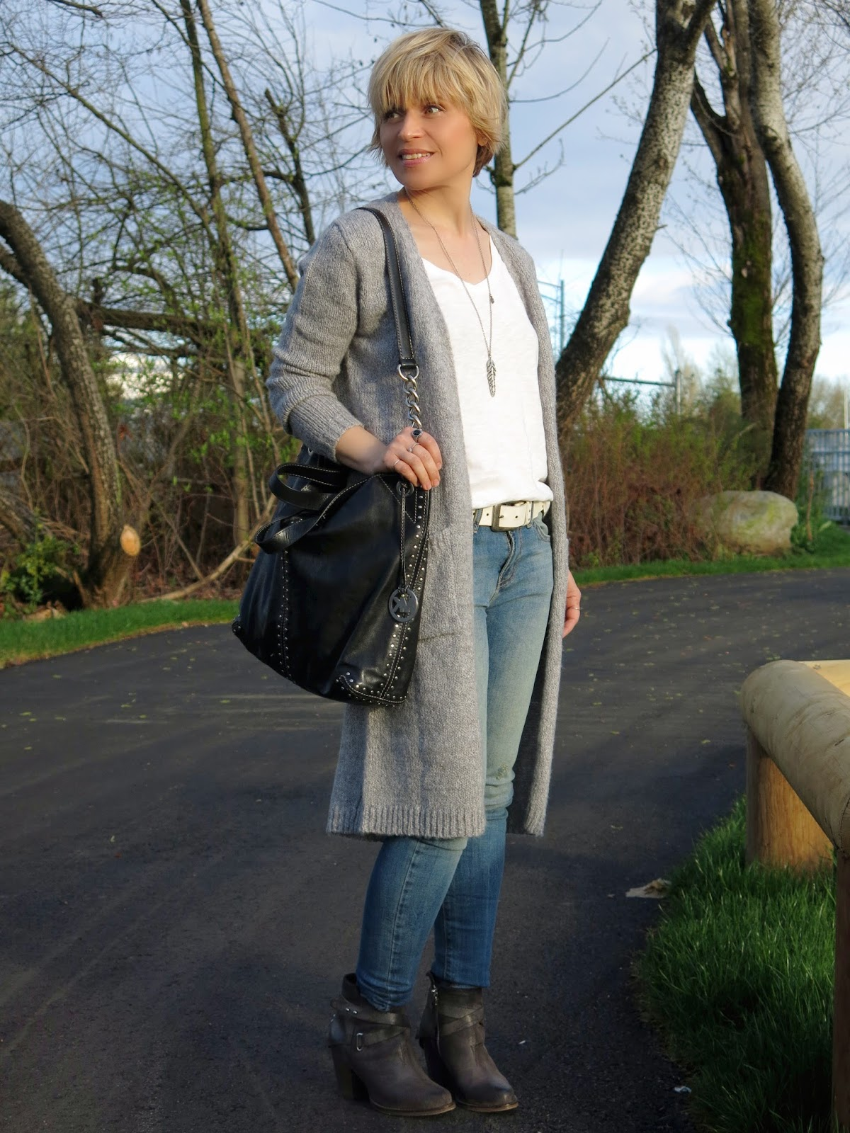 styling a long grey cardigan with skinny jeans and booties