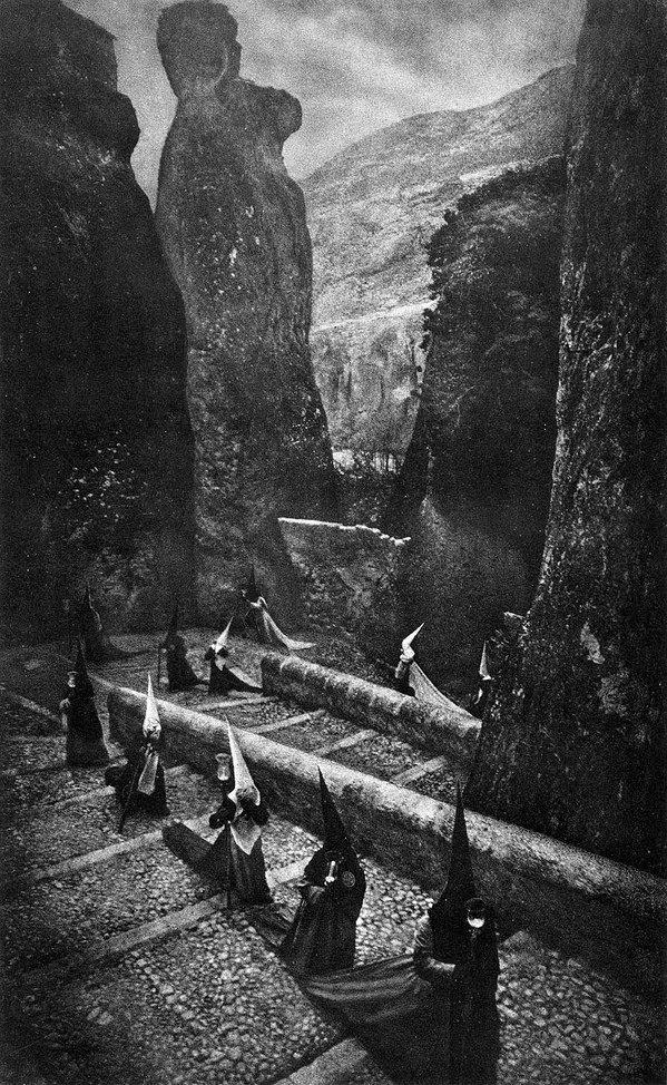foto antigua de hombres con capirotes con paisaje