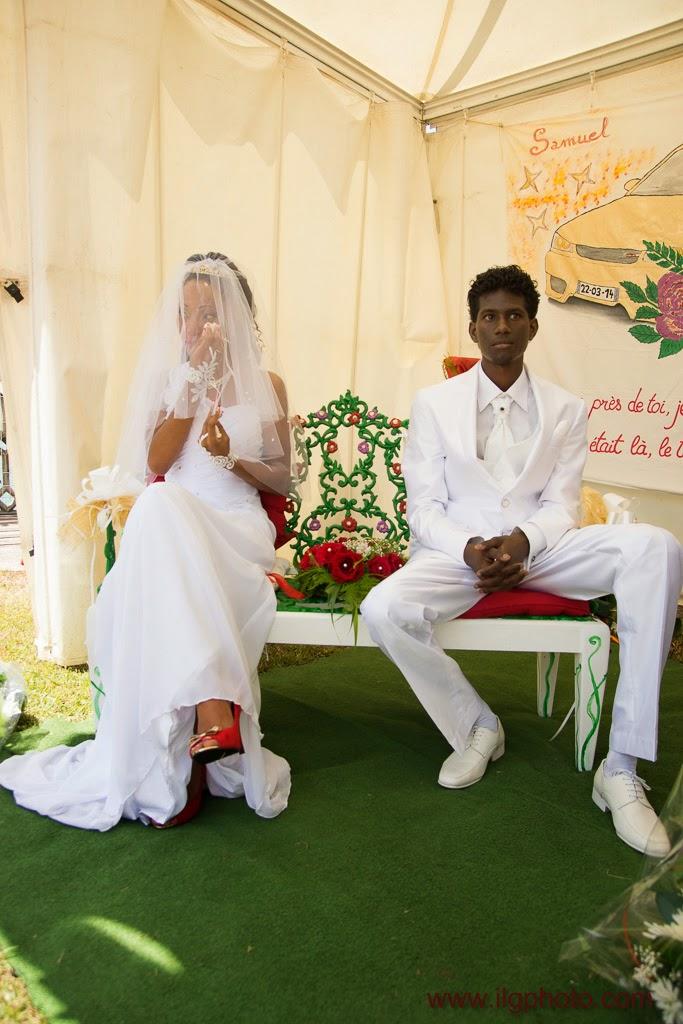 les mariés installés sous une petite tente