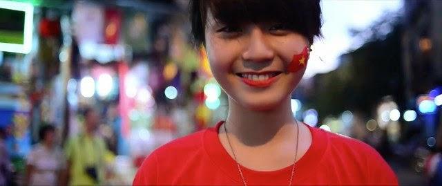 Cô gái dạo phố Hà Nội cùng thông điệp: Tôi yêu hoà bình