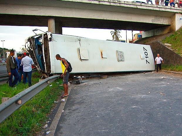 Acidente aconteceu por volta das 4h desta terça-feira (Foto: Reprodução / TV Bahia)