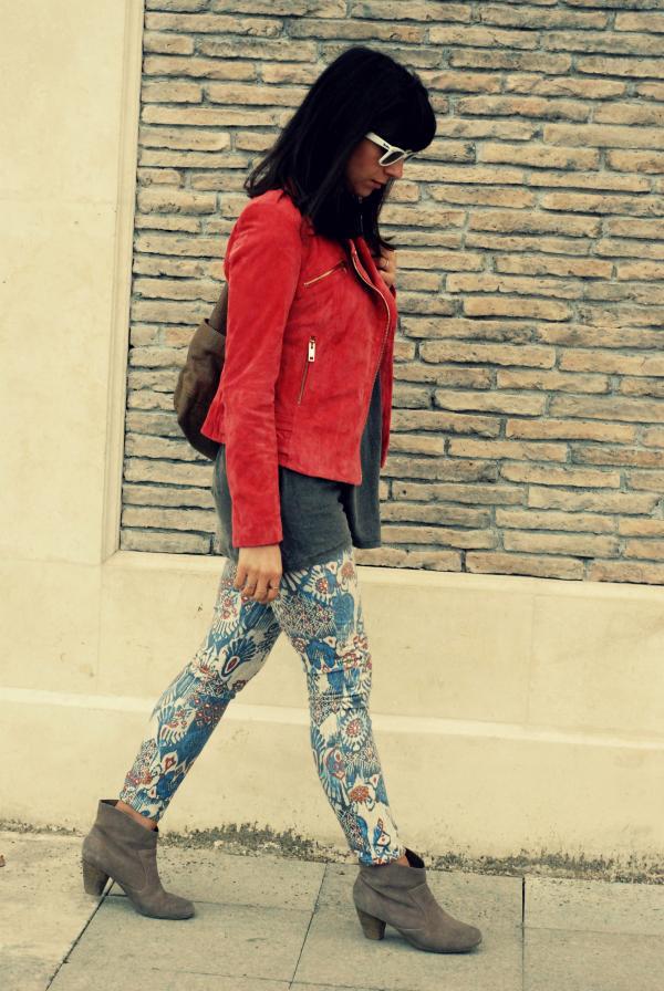 süet baharlık ceketler,mercan rengi ceket,desenli pantolonlar,etnik desenler