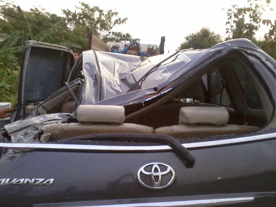 info dunia lagi kecelakaan di bojonegoro mobil avanza ringsek. Black Bedroom Furniture Sets. Home Design Ideas