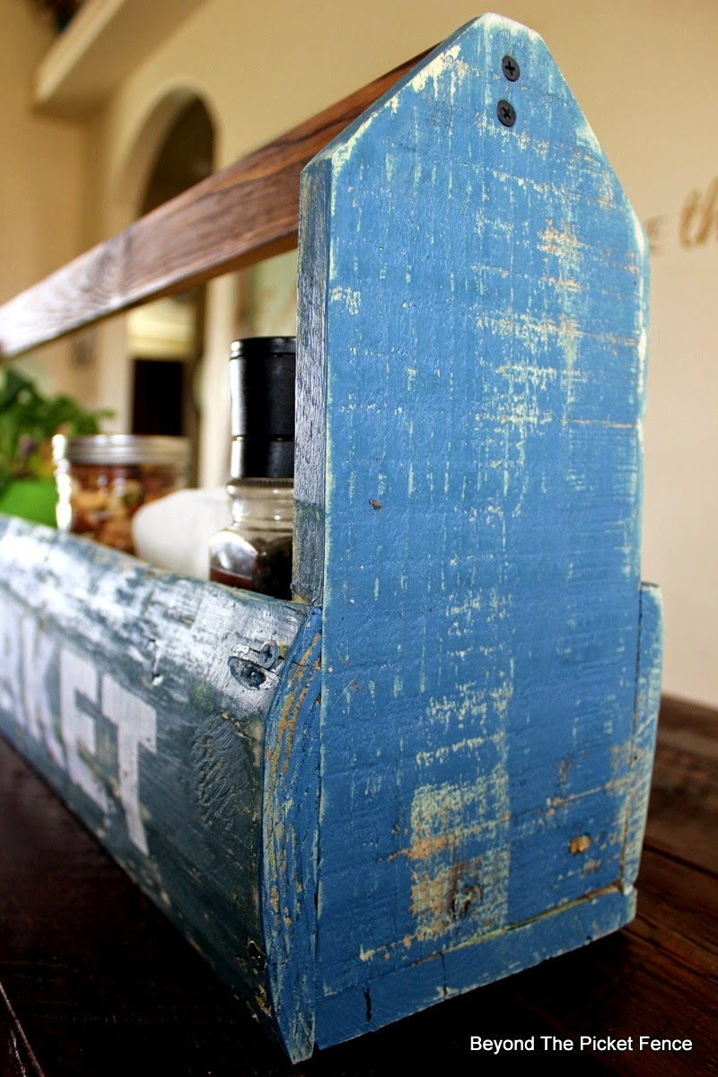 toolbox, beyond the picket fence, pallets, reclaimed wood, http://bec4-beyondthepicketfence.blogspot.com/2015/04/farmers-market-toolbox.html