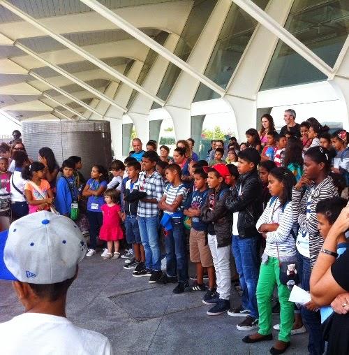 Despedida de los niños y niñas saharauis en el aeropuerto de Loiu.