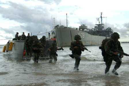 KRI Teluk Ratai Menurunkan Pasukan Gabungan TNI di Sangatta