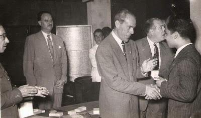 Entrega de medalla a Daniel Oliveira en 1951