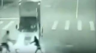 شاهد بالفيديو كائن غريب ينقذ رجل من الموت المحقق في وسط ذهول المارة التقطت الفيديو كاميرا مثبتة بالطريق