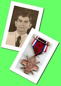 Don ELIODORO YNSFRÁN PEREYRA con su condecoración al valor militar CRUZ DEL CHACO