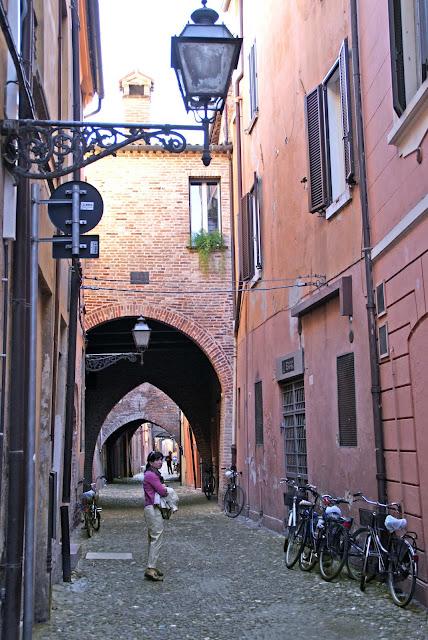 callejones-medievales-en-ferrara-italia