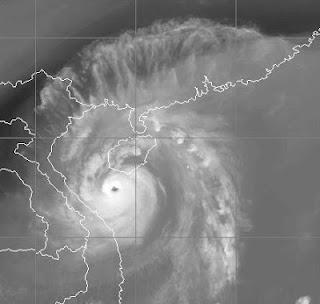 Taifun SON TINH (OFEL) bei Vietnam und Hainan auf dem Weg nach Hanoi, Son Tinh, Ofel, aktuell, China, Satellitenbild Satellitenbilder, Vorhersage Forecast Prognose, Hainan, Vietnam, Oktober, 2012, Taifun Typhoon, Taifunsaison 2012,
