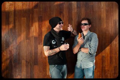 Portret podwójny członków zespołu Muzyczni Oprawcy. Na zdjęciu Marcin Roszak i Jeff Shiffman. Fot. Łukasz Cyrus, Ruda Śląska.