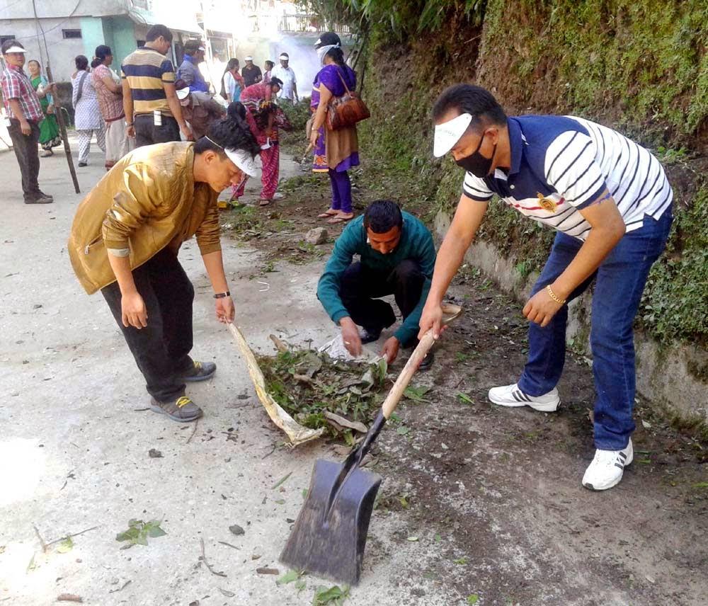 sabhsad ratan thapa participating swacch bharat abhiyan in mungpoo