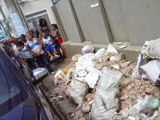 Moradores transformam passeio de escola em lixão. Isso é um absurdo!