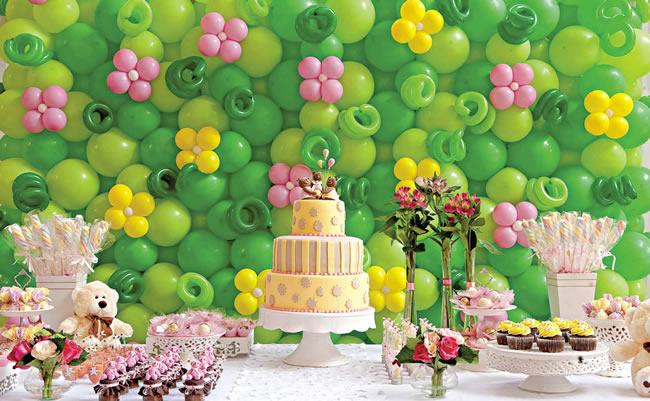 decoracao de festa infantil tema jardim:Olha esse painel de balões que lindo. é um jardim mesmoas