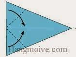 Bước 7: Gấp chéo hai cạnh giấy vào trong.