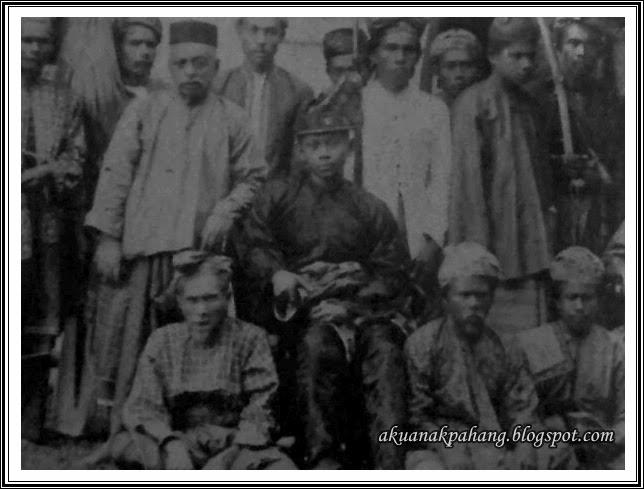 GAMBAR TENGKU BESAR MAHMUD DAN DATO BAHAMAN DURBAR SINGAPURA 1890