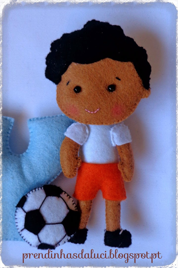 menino futebolista em feltro