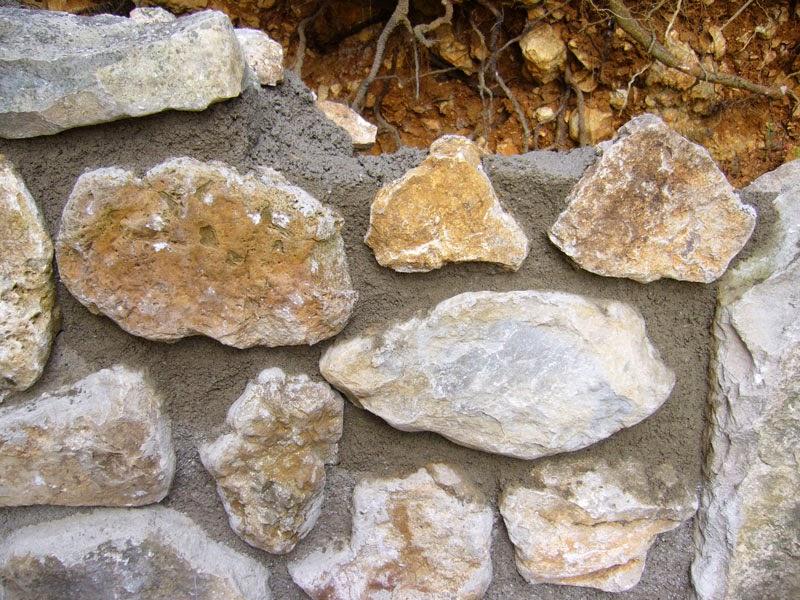 Construire un mur en pierres avec barbecue int gr - Faire les joints d un mur en pierre ...