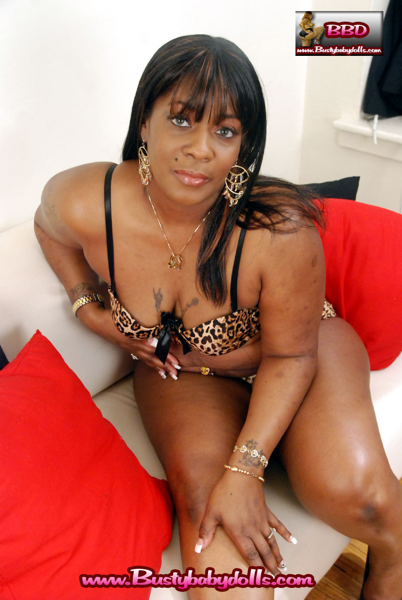 A sexy chocolate MILF whos a new comer to the adult industry.