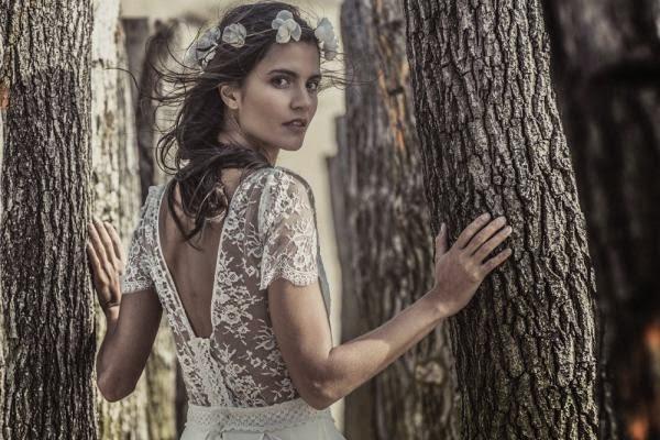 très belel femme brune cheveux détaché ondulé coiffure de mariée avec des bijoux de cheveux fleurs organza et couronne de fleurs, en robe de mariée laure sagazan en dentelle de calais , dos décolleté en dentelle, robe de mariée de créateur talentueux