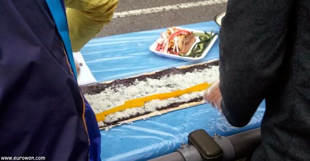 Extendiendo arroz para preparar gimbap